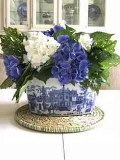 Ideas Flowers Arrangements Blue And White Vases Beautiful Flower Arrangements, Floral Arrangements, Beautiful Flowers, Blue And White Vase, White Vases, Deco Floral, Floral Design, Table Centerpieces, Table Decorations