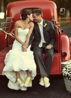 Que buena idea para el book de boda! Preciosas las tennis para una #bodageek !!