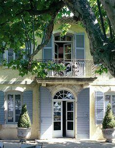 Saint-Rémy-de-Provence, beautiful door Stone & Living - Immobilier de prestige - Résidentiel & Investissement // Stone & Living - Prestige estate agency - Residential & Investment www.stoneandliving.com