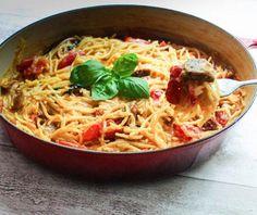 """One Pot Pasta mit Tomaten und Chorizo <a href=""""http://leckermussessein.blogspot.de"""" target=""""_blank"""">""""Lecker muss es sein""""</a> heißt Saschas Food-Blog - und dieses Motto gilt auch für seine Rezepte. Seine One Pot Pasta macht er mit Kirschtomaten und würziger spanischer Chorizo. <a href=""""http://leckermussessein.blogspot.de/2014/09/one-pot-pasta-mit-tomaten-chorizo.html"""" target=""""_blank"""">Zum Rezept im Blog: One Pot Pasta mit Tomaten und Chorizo</a>"""