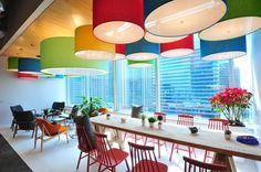 """no fim de 2014 a Google abriu seu novo escritório em Bangcoc.  segundo a empresa, o espaço mistura perfeitamente a cultura tailandesa e a """"googlenesa"""".   confira mais escritórios com design cool e produtivo no bim.bon: http://www.bimbon.com.br/arquitetura/5_escritorios_com_design_de_interiores_cool_e_produtivo"""