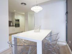 Comedor en apartamento de particular: Silla Gliss, Mesa Exteso, Lámapra de techo Cup Hung, Portacítricos Blow Up de Alessi.