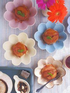 花の形が可愛らしいお皿。 色んな色があって楽しい。
