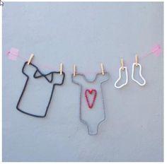 Idée de tricotin en tête de lit de bébé                                                                                                                                                     Mais Diy French Knitting, Spool Knitting, Baby Knitting, Diy Laine, Yarn Wall Art, Diy And Crafts, Arts And Crafts, Crochet Decoration, Creation Deco