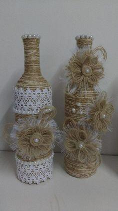 Нежные стеклянные бутылки оформленные бечевкой и кружевом