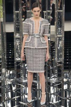 Chanel Couture SS17 • Grand Palais Paris Una lezione di eleganza quella che Mr. Lagerfeld ha dato sulla passerella della collezione Couture SS17 Chanel. Citazioni da manuale ai gloriosi anni '20, ai...