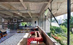 世界的にも有名なブラジル出身の建築家、パウロ・メンデス・ダ・ロシャが、1966年にサンパウロに建てた自邸。60年代に建てられたとは思えない、ミニマルでモダンなこの家は、今見ても新鮮でスマートなデザインです。 大胆に使われ …