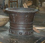 Mortor  A mortor and pestle was the food processor of Tudor kitchens. Spices, nuts and meat could be pulverised in them.