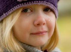Miért feszült a gyerek? Mit tehet a szülő, hogy nyugodt és kiegyensúlyozott legyen a viselkedése? Kids And Parenting, Parenting Hacks, Funny Parenting, Image Gag, Crying Girl, Sensory Issues, Human Rights, Transgender, Bullying
