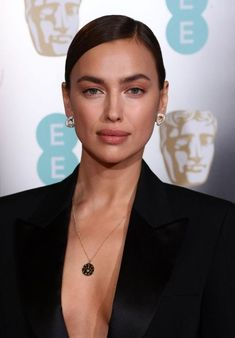 Here's a style file of the Russian beauty Irina Shayk from Red Carpet to Street-style and more. See the brunette looks, Outfits and Clothin. Black Girl Makeup, Girls Makeup, Bradley Cooper, Irina Shayak, Beauty Make Up, Hair Beauty, Irina Shayk Style, Classic Makeup Looks, Brunette Models