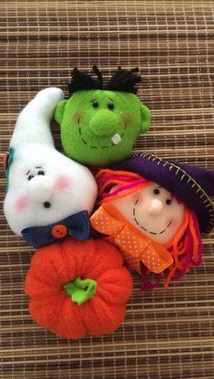 Preparando corona Halloween Clay, Halloween Ornaments, Halloween Season, Felt Ornaments, Holidays Halloween, Halloween Kids, Halloween Crafts, Halloween Decorations, Halloween Quilt Patterns