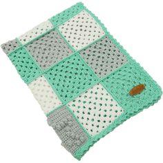 """Een superschattig dekentje van tientallen gehaakte granny squares en sterren in een snoezige bobble stitch in de kleuren, wit, zachtgrijs en mintgroen. Het dekentje is gemaakt van 100% acryl en voelt heerlijk zacht & warm aan. Het babydekentje is voorzien van ons echtlederen """"RendezVous Originals"""" embleem. Door het handige meeneemformaat is dit écht een multifunctioneel dekentje voor onderweg, voor in de kinderwagen, wieg, box of maxi-cosi!"""