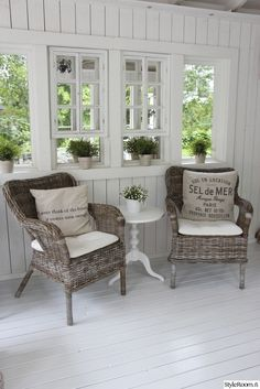 kesäkeittiö Small Sunroom, Sunroom Addition, Vintage Porch, Sunroom Decorating, White Cottage, French Cottage, Anthropologie Home, Cottage Interiors, Farmhouse Chic