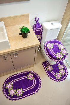Material Utilizado: 2 novelos de Barroco Maxcolor – cor: 6290. 1 novelo de Barroco Multicolor - cores: 9587, 9392. Agulha Círculo para crochê 4,00 mm. 1 Cola Universal. 1 argola de madeira medindo 7 cm de diâmetro. 13 pérolas grandes. Veja outras receitas sobre Jogos de Banheiro de Crochet Table Mat, Crochet Tablecloth, Arte Quilling, Crochet Home, Bathroom Sets, Floor Mats, Doilies, Diy And Crafts, Crochet Earrings