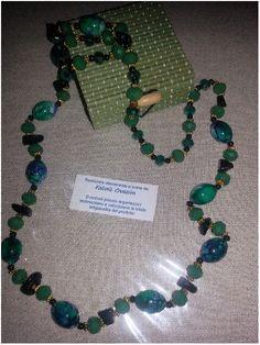 Perle di vetro, cristalli e chips di pietra nera. Disponibile
