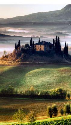 Toscana, Itália Amo este lugar...a ondulação dos campos, ciprestes que apontam pro céu....o silêncio, as curvas dos caminhos....Rº