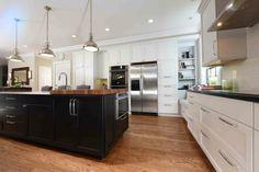 cuisine moderne blanche avec ilot central en noir