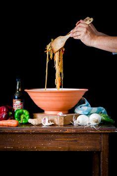 Contigo en la playa ha realizado una receta de #pancit vegetariano filipino con varios de nuestros productos, la receta está en su blog.  Es una receta sencilla y sabrosa, no dejéis de probarla!!!  #Filipinanmarket #pancit #vegetariano #filipinanfood #gourmet #contigoenlaplaya Pancit, Filipino, V60 Coffee, Wok, Coffee Maker, Kitchen Appliances, Arrows, Vegetarian, Gastronomia