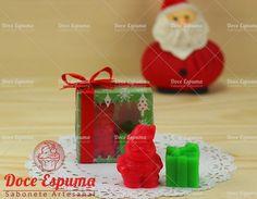 Caixa de acetato decorada com Tema Natalino contendo um sabonete em formato de papai noel e um sabonete em formato de presente    Lindo para presentear nesse Natal.    Sabonete Natal
