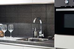 Kleefwanden in kurk geven je keuken een unieke uitstraling en zijn perfect afwasbaar. #kurk #wand #keuken
