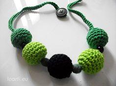 Tea28. Collana girocollo realizzata interamente a mano da Tearti. le palline sono all'uncinetto e in feltro verde.