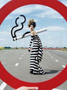 怪怪的交通標誌時尚攝影作品 – Tim Walker » ㄇㄞˋ點子靈感創意誌