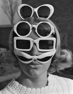 El espíritu retro-grunge de las gafas de sol blancas se asienta esta temporada. Diferentes modelos de gafas de sol se impregnan de la pureza del blanco.