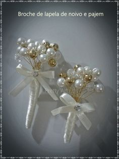 Lapelas com pérolas, cristal e bolinhas douradas no fio dourado e acabamento em cetim off-white e strass. 		 Compra acima de 5 unidades, há um desconto de 10%. R$ 40,00 Pearl Bouquet, Bridal Brooch Bouquet, Bridal Flowers, Beaded Flowers, Brooch Boutonniere, Boutonnieres, Family Flowers, Corsage Wedding, Lesage