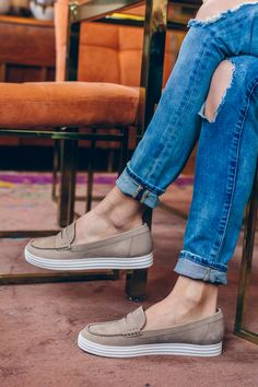 ripped jeans, chicago style blogger, aerosoles, tan loafers — via @TheFoxandShe
