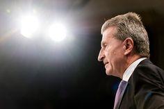 Pläne für EU-Urheberrechtsabgabe: Oettinger will Netznutzer für geistiges Eigentum zahlen lassen  Von Christian Stöcker  Wer geistiges Eigentum online nutzt, soll dafür zahlen: Bis 2016 will der designierte EU-Digitalkommissar Oettinger einen Gesetzentwurf vorlegen, der europäisches Urheberrecht im Internet regelt. Und er will eine Abgabe einführen. Ist das zu schaffen?