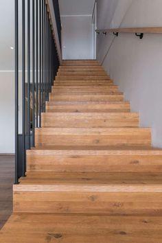 Maßgefertigte und individuell geplante Tischlertreppe von unserer HARTL HAUS Tischlerei Villa, Stairs, Blog, Home Decor, Style, Graz, Room Layouts, Carpentry, Modern Architecture