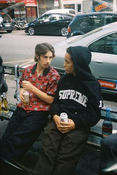 Supreme has just released the first full-look at its collaborative collection between the NFL, the Oakland Raiders and ahead of Thursday's drop. T Shirt Supreme, Boy Fashion, Mens Fashion, Fashion Tips, Herren Outfit, Guy Pictures, Nfl, Guys And Girls, Spring Collection