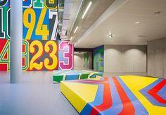 design fitness: academia da adidas cheia de cores e números