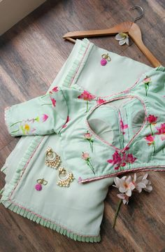 Buy Sea Green Handwork Saree with Lotus Print Blouse Online – LabelKanupriya Chiffon Saree, Georgette Sarees, Lehenga Choli, Bollywood Lehenga, Organza Saree, Cotton Saree, Chiffon Blouses, Lehnga Dress, Sabyasachi