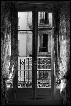 Elliott Erwitt, France, Paris, 1991. Magnum Photos, Taking Pictures, Old Pictures, Elliott Erwitt Photography, Paper Dahlia, Edward Steichen, Documentary Photographers, France, Through The Looking Glass