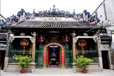 You're boring with the crow in Saigon? A visit to Ba Thien Hau temple is an idea choice to explore the oldest temple in Vietnam.