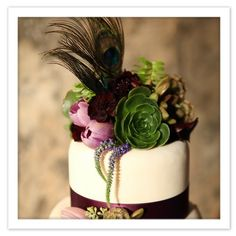 Beautiful dark flowers, succulants and fearther wedding cake.But needs to be BLACK Peacock Cake, Peacock Wedding Cake, Purple Peacock, Peacock Colors, Peacock Design, Peacock Feathers, Great Gatsby Wedding, Plan My Wedding, Wedding Ideas