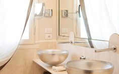 Hotel Brunelleschi has chosen Glass Design vessel sink in silver for gorgeous bathroom./Oval glass vessel sinks 3/Photo credit: Glass Design
