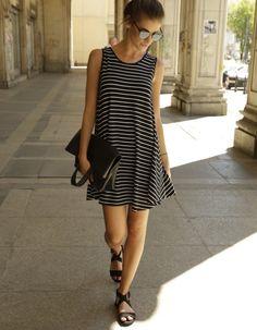 Sukienka LUNI ma rozkloszowany krój, głeboki V dekolt z ozdobnymi pasami, na tyle szerokomi aby zasłonić bieliznę. Sukienka ma nowoczesny i zarazem romantyczny charakter. Wpisuje sięw trendy. Wyprodukowana w Polsce. Uszyta z elastycznej dzianiny w czarno-białe paski. Zalecane pranie w temperaturze do 30 stopni, prasowanie na lewej stronie w średnich temperaturach. Modelka ma 175 cm wzrostu i ma na sobie rozmiar S.