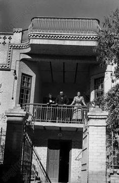 احدى العوائل البغدادية  من على شرفة منزلهم خمسينيات القرن الماضي
