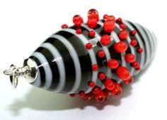 Große schwarz-weiß gestreifte Glasperle mit roten Dots. 925-Silber und Glas, an einem schwarzen Lederband.    Alle Glasperlen werden von mir am Zwe...