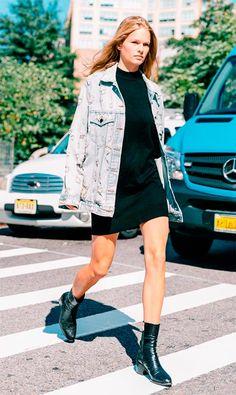 Street style look com jaqueta jeans e vestido preto.