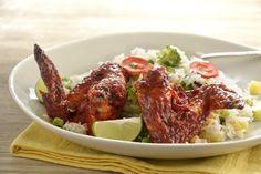 ¿Tienes una reunión con tus amigos en casa y no sabes qué preparar para botanear? Esta receta de Alitas con achiote y chile rojo sobre arroz con vegetales te ayudará a salir del paso, sobre todo si quieres sorprenderlos y quieres verte como un verdadero chef, necesitarás pocos ingredientes y sobre todo, muy poco tiempo. Quedarán fascinados. Achiote, Tandoori Chicken, Carne, Steak, Ethnic Recipes, Food, Wing Recipes, Chicken Wings, Easy Recipes