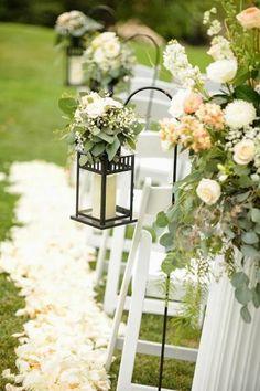 Lanterne a decoro delle sedie. Piccole luci possono arricchire le sedie della cerimonia. Completatele con un tocco fiorito. #Dalani #Shabby #Wedding