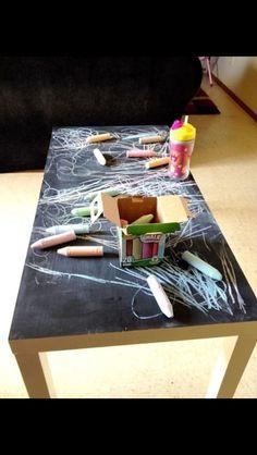 Idée salle de jeux: table ikea recouverte de peinture à tableau