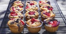 Muffins are like pies—quite simple to make but easily made wrong. Our resident baking expert provides keys to baking scrumptious gluten-free muffins. Rice Crispy Treats, Healthy Treats, Biscuits Keto, Brunch Recipes, Cake Recipes, Muffins Sans Gluten, Berry Muffins, Biscuit Bread, Bread Cake