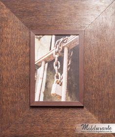 """Quadro """"Cadeado e Corrente"""" (fotografia). Artista: Jbreno. Formato: 61 x 51 cm. Cód. 57620. contato@moldurartegaleria.com.br — em Moldurarte Galeria."""