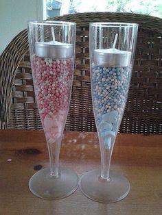 Geboorte Champagne. Nodig: Plastic champagne glazen, Snoep hartjes, Muisjes roze/wit of blauw/wit. Waxine lichtje. Inpakfolie, Lintje + Kaartje.  Werkwijze: Leg onderin het glas een paar snoep hartjes, en strooi hierover een laag muisjes in de juiste kleur. Leg hier bovenop een waxinelichtje, pak het geheel in, in folie en maak het af met een lintje + kaartje.