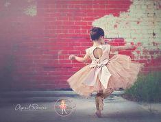 """Articles similaires à Tutu de fille de fleur de Champagne paillettes robe avec broche bow surdimensionné et """"O"""" - de retour en forme - """"Avril"""" - des couleurs personnalisées disponibles sur Etsy"""