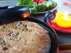 Juustoinen Pataleipä on rapeapintaista, mehevää ja maukasta kotitekoista leipää, joka syntyy vähällä vaivalla! Ota helppo resepti talteen. Hummus, Banana Bread, Oatmeal, Cupcake, Food And Drink, Pie, Baking, Breakfast, Ethnic Recipes